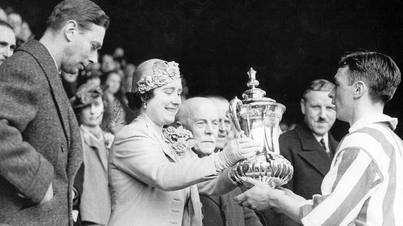 Raich Carter - Queen Elizabeth hands him the 1937 FA CUP