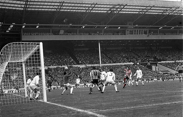 Ian Porterfield scores in the 1973 FA Cup final